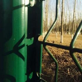 小区铁丝护栏桃型柱护栏网工厂区围栏三角折弯铁丝桃形立柱护栏网